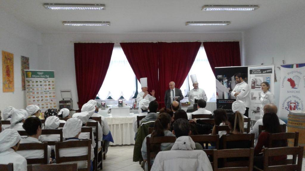 """Il-maestro-di-cucina-Carlo-Bresciani-all'IIS-""""C.-Urbani""""-di-Porto-Sant'Elpidio"""